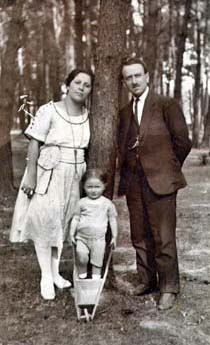 George with his parents in Poland 1921